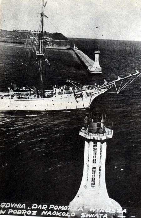 Dar Pomorza opuszcza Gdynię